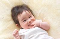 指しゃぶりをする赤ちゃん