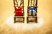 プレゼントと椅子 02266008925| 写真素材・ストックフォト・画像・イラスト素材|アマナイメージズ