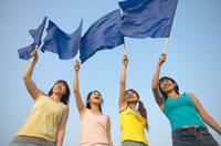 旗を振る女性4人