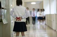 プレゼントを持つ中学生 02266009796| 写真素材・ストックフォト・画像・イラスト素材|アマナイメージズ