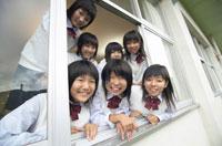 窓から覗く中学生