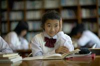 図書室で勉強をする女子中学生