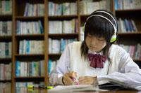 ヘッドフォンをして勉強をする女子中学生 02266009957| 写真素材・ストックフォト・画像・イラスト素材|アマナイメージズ