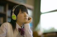 ヘッドフォンをして勉強をする女子中学生 02266009960| 写真素材・ストックフォト・画像・イラスト素材|アマナイメージズ