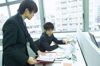 パソコンを指す男性 02266010224| 写真素材・ストックフォト・画像・イラスト素材|アマナイメージズ