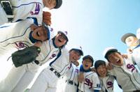 円陣を組む野球少年
