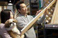 木材を選ぶ夫婦と犬