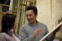 木材を選ぶ夫婦 02266010953| 写真素材・ストックフォト・画像・イラスト素材|アマナイメージズ