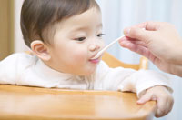 母親に離乳食をもらう幼児 02266011001E| 写真素材・ストックフォト・画像・イラスト素材|アマナイメージズ