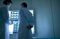 レントゲンを見る男性医師