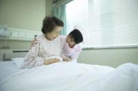 シニア女性患者の背中を支える女性看護師