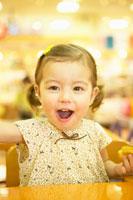 ドーナツを食べる幼い少女