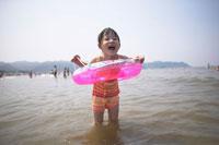 海水浴をする少女