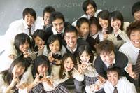 笑顔の高校生の集合写真