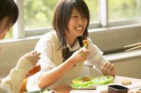 お弁当を食べる女子高校生