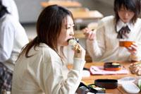 教室でお弁当を食べる女子高校生