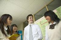 廊下で話す女子生徒と外国人教師