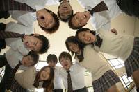円陣を組む高校生