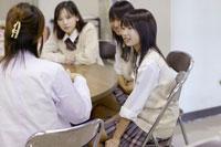保健室で話す女子高校生と保健医 02266013586  写真素材・ストックフォト・画像・イラスト素材 アマナイメージズ