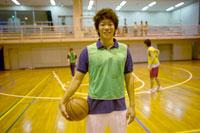 バスケットボールを持つ男子生徒
