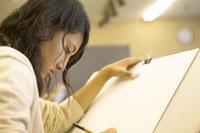 美術室でデッサンをする女子生徒