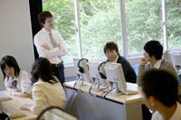 質問する外国人教師と男子高校生