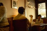 カフェでくつろぐ男性と女性