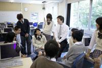 外国人教師と雑談する高校生