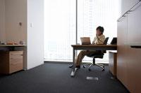 オフィスで電話をかける女性上司