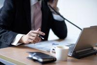ペンを持ち電話をかける男性 02266014587| 写真素材・ストックフォト・画像・イラスト素材|アマナイメージズ