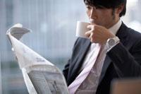 新聞を読みカップを持つ男性 02266014591| 写真素材・ストックフォト・画像・イラスト素材|アマナイメージズ