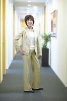 廊下に立つ笑顔の女性上司 02266014593A| 写真素材・ストックフォト・画像・イラスト素材|アマナイメージズ