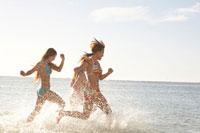 海で走る女性3人