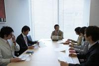 会議をする男性と女性