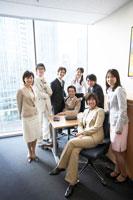 オフィスに集合する男性と女性のチーム