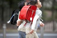通学する小学生の男の子と女の子