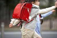 通学する小学生の男の子と女の子 02266015009| 写真素材・ストックフォト・画像・イラスト素材|アマナイメージズ