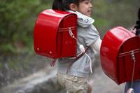 通学する小学生の女の子