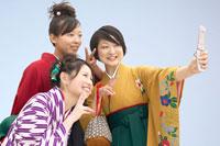 写真を撮る袴を着た女性