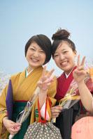 ブイサインをする袴を着た女性