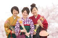花を持つ袴を着た女性