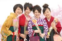 花を持つ袴を着た女性 02266016119| 写真素材・ストックフォト・画像・イラスト素材|アマナイメージズ