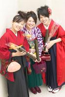 卒業証書を持つ袴を着た女性