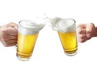 ビールの入ったジョッキグラスで乾杯する2本の手