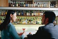 バーのカウンターに座る日本人カップル 02268000142| 写真素材・ストックフォト・画像・イラスト素材|アマナイメージズ