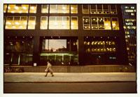 ニューヨークのビルの前を歩く男性