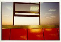 ベンチ(オレンジ色)と窓