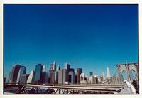 橋に立つ人と高層ビル群 ニューヨーク アメリカ