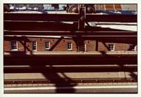 橋のすき間から覗くレンガの建物 9月 ニューヨーク アメリカ