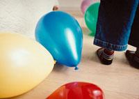 カラフルな風船の中に立つ男の子の足元 02275000142| 写真素材・ストックフォト・画像・イラスト素材|アマナイメージズ